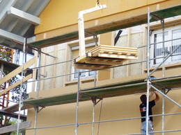 Haus mit Fassadengerüst und Isolierungsmaterial