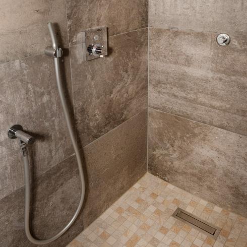 Normgerechte Wannenabdichtung von Dusche und Badewanne ...