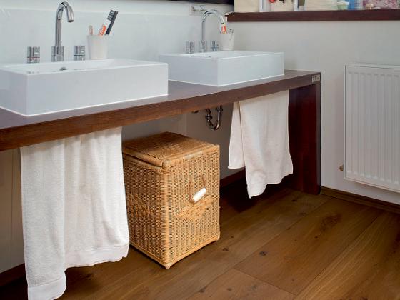 Boden aus Parkett veredelt auch das Badezimmer - ENERGIE ...
