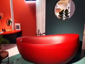 rote badewanne am messestand von villeroy und boch ish 2019 bild grosser anzeigen